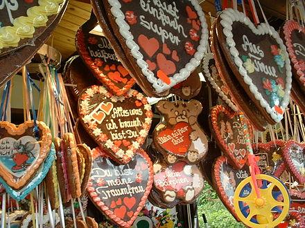 用彩帶懸掛的大心巧克力是最具特色的德國紀念品,其實就是心形的薑餅(圖片來源:維基百科)