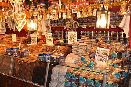 耶誕市集中專賣各種薑餅和甜點的攤販,平時賣紀念品的攤販也長的大概是這樣(圖片來源:維基百科)